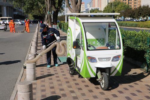 """""""城市蜗牛""""环保型清洁车亮相街头"""