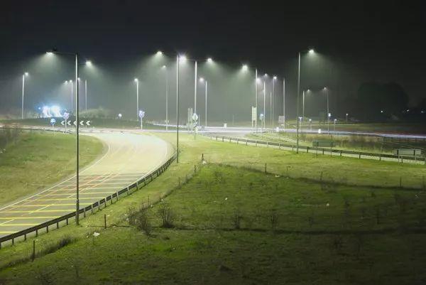 """英国""""超级智能""""路灯可监测PM2.5"""
