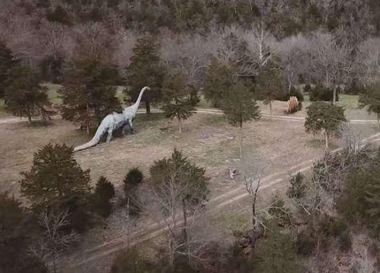 美恐龙公园火灾后雕塑破败令人叹息