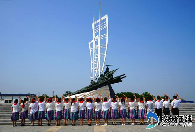蓬莱市市民瞻仰八路军将士渡海雕塑纪念碑