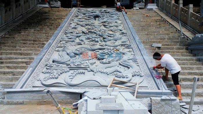 抚顺高尔山公园山门处修建大型九龙壁浮雕