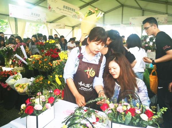 成都:市民在家门口感受鲜花市集盛宴