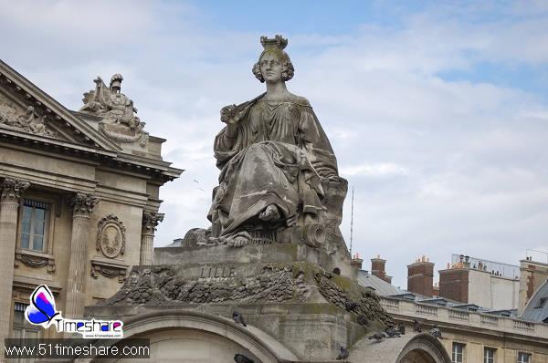"""法国巴黎协和广场建于1757年。1763年取名""""路易十五广场"""",广场中心曾塑有路易十五骑像。大革命时期被称为""""革命广场"""",1795年改称""""协和广场""""。后经建筑师希托弗主持整修了4年,于1840年最后定型。广场呈八角形,中央骄傲地矗立着那座有三千三百年历史的埃及方尖碑,那是由埃及总督赠送给查理五世的。方尖碑高二十三米,重二百三十吨,塔身是由整块的粉红色花岗岩雕出来的,上面刻满了埃及象形文字,主要内容是赞颂埃及法老拉美西斯二世的丰功伟绩。"""