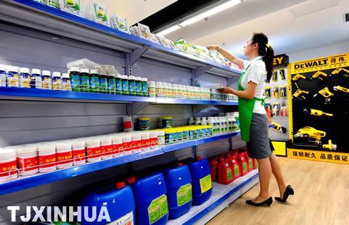 超市营业员在摆放各种园林有机肥料