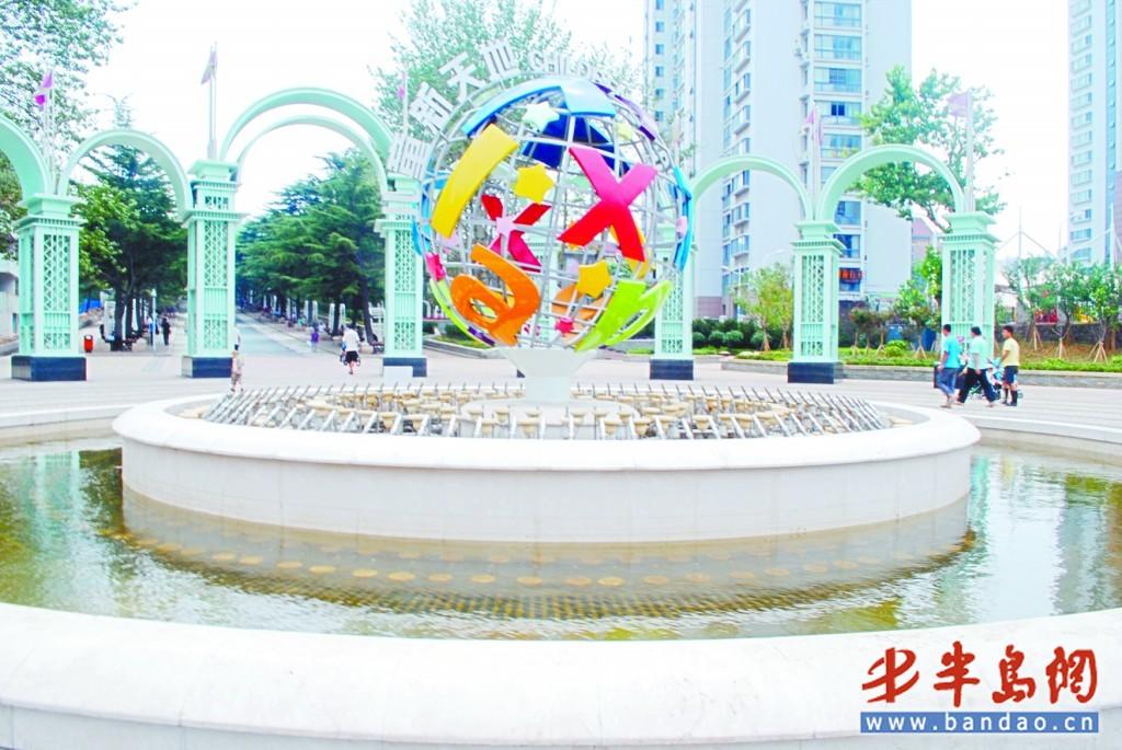 儿童新天地位于辽宁路的正门处标志性雕塑。