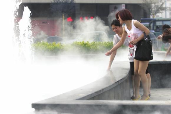 """""""雾森""""亮相潍坊街头 既能造雾又能降温"""