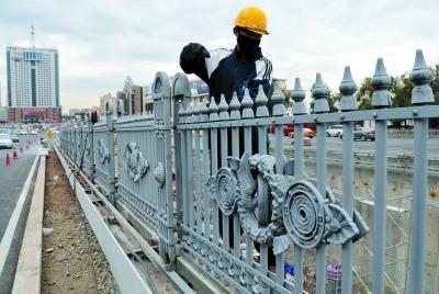 据现场施工人员介绍,本次安装的 围栏与霁虹桥的桥体护栏相似,安装