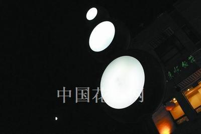 """夜幕降临,""""拨浪鼓""""路灯独特的灯光效果,为夜空平添几分灵"""