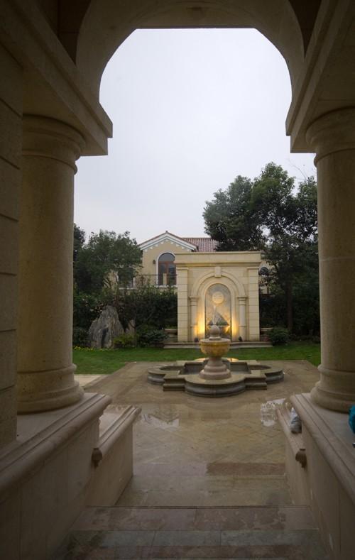 欧式风情的雕塑喷泉