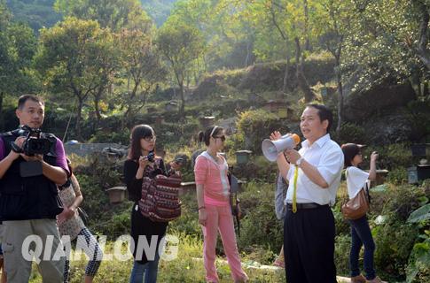 浦北县委副书记,县长申汉烈在介绍五皇山风景区红椎林下养蜂的相关