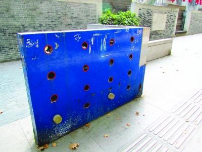 南京 长江路/人行道景观小品损坏严重。