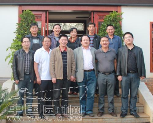 中国园林网总经理陈勇(前排右一)与吉成园林管理层合影留念