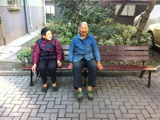 中国园林资材网11月13日消息:近日,庆春门社区在绿萍小区内安装4把休闲木座椅,不但方便居民休息,又改善了社区环境。 绿萍小区属于老旧小区,部分居民习惯常年在楼道边堆放着破旧坐椅,严重影响了社区环境,常有居民提出意见。社区多次清理堆积物,但由于有些居民茶余饭后便围坐在破旧坐椅周围谈天,几次清理后还是偶有破旧坐椅出现。为了改善环境,为居民提供更舒适的露天休息场所,社区一直努力解决此问题。社区领导对此很重视,通过观察、研究决定为小区内安装休闲木座椅。 座椅安装好以后,很快就有老人坐在上面,非常高兴,陈师傅不