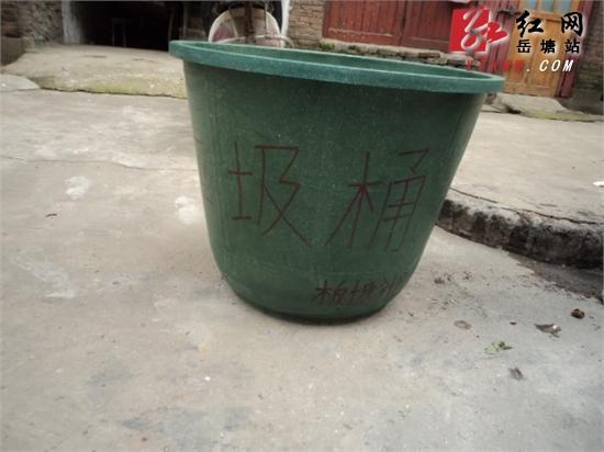 区更换破损垃圾桶