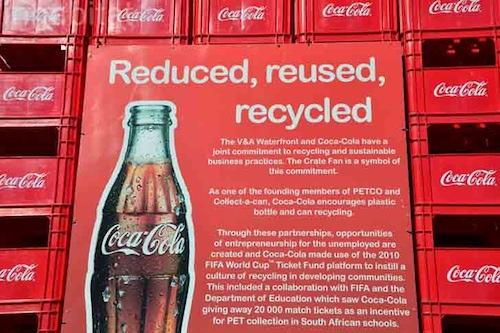 可口可乐公司饮料箱堆砌巨型雕像宣传环保(图)