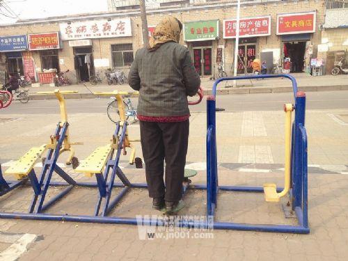 济宁:公共健身器材遍体鳞伤