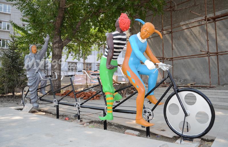 哈尔滨:动感雕塑亮相道外区江畔(图)