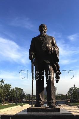 张謇塑像亮相南通中央公园