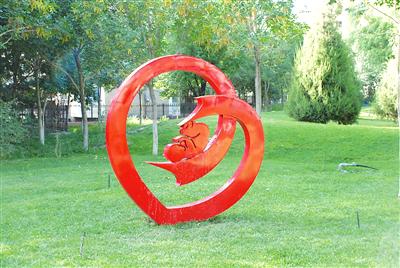 新疆:孔雀河边新添一组雕塑(图)