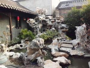 江苏扬州20吨太湖石叠出一个山水庭院图片