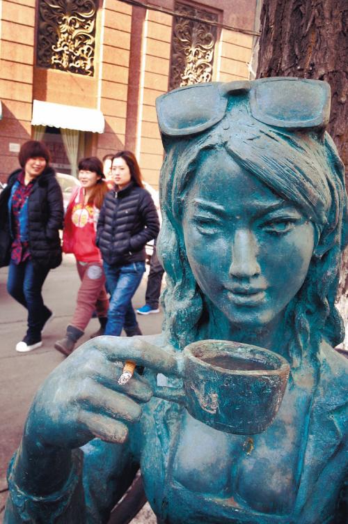 """中山路上美女雕像被人恶搞""""吸烟"""""""