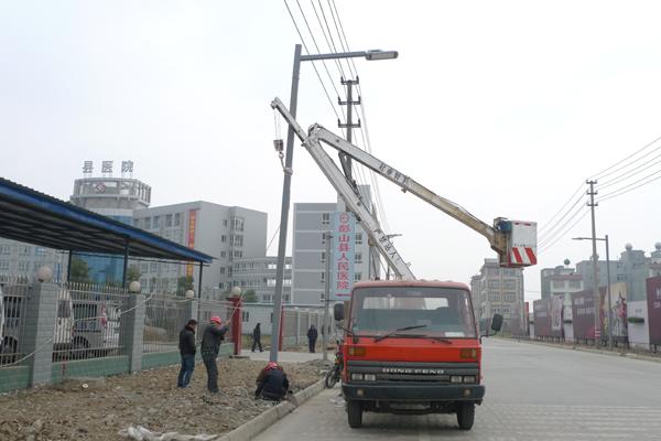 路灯将全部亮灯 - 资材资讯 - 中国园林资材网; 施工现场的数百名中国