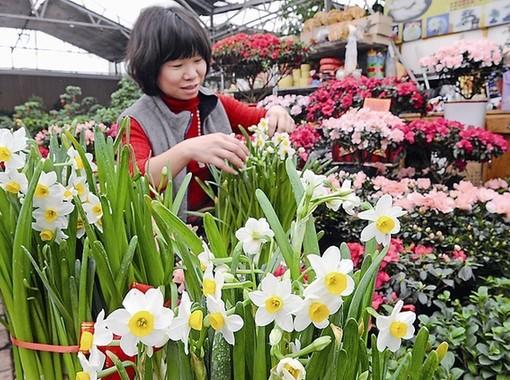 商户为顾客包裹鲜花