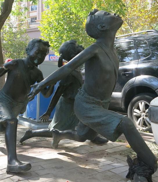 浙江路雕塑三少年缺胳膊断腿 这事到底该谁管