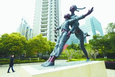 南京名为《快乐童年》 青奥体育雕塑亮相街头