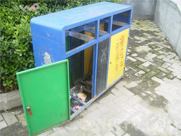 南京仙鹤门地铁站出口两垃圾桶内胆遭人盗走