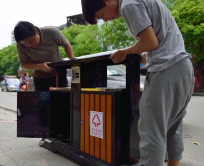 垃圾箱陆续安装