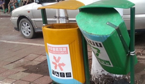 广东湛江市徐闻县城街道垃圾桶陆续出现损坏
