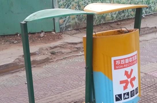 安设新型垃圾桶后,近段时间陆续出现损坏