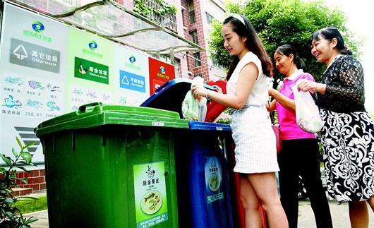 湖北武汉一小区放置新型垃圾箱