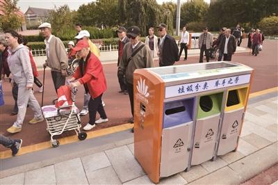 天津中新生态城太阳能垃圾桶投入使用