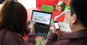 """""""来嘛,不会用手机上中国园林网,我来教你!""""—中国园林网绝世限量版气质美女。"""