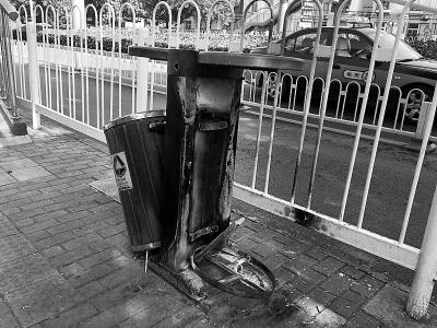 北京海淀区:一垃圾桶坏了 望环卫部门抓紧修复
