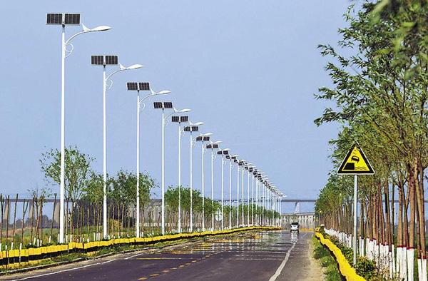 渭南市:沿黄公路合阳段太阳能路灯依次排开