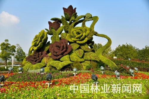 """推荐阅读: 春节前南京一批特色绿雕将""""站""""上街头 南京:添新绿雕等"""