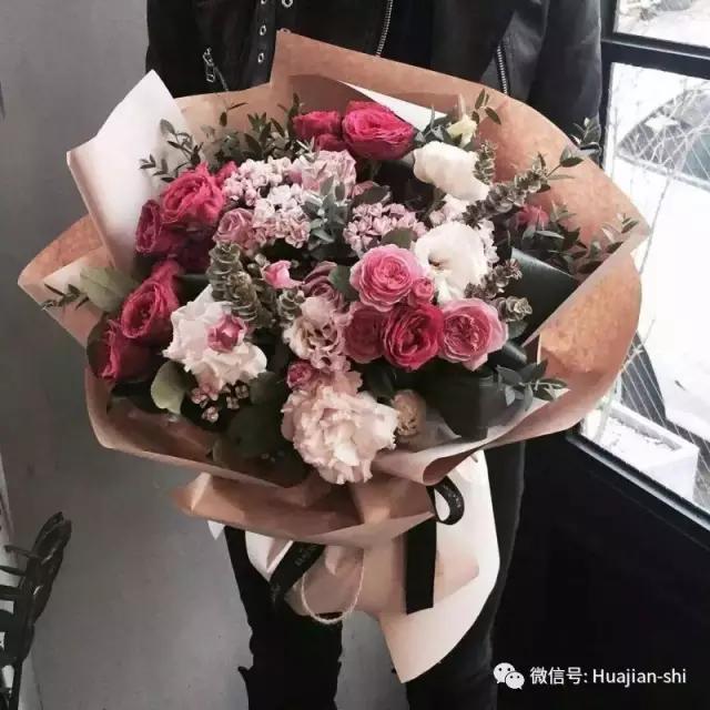 包装可以说是韩式花束的最大优势了,首先包装纸的颜色,总能和花材