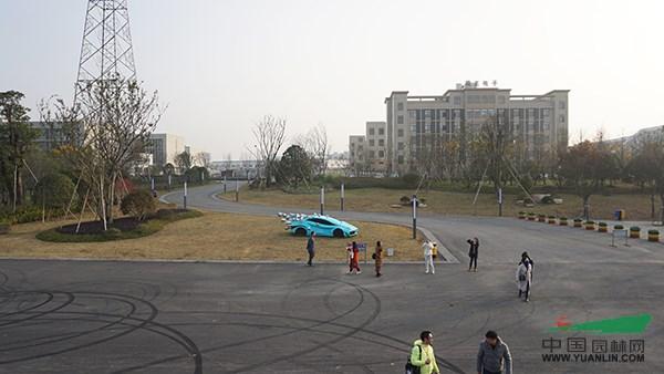 地处规划建设中的新能源汽车小镇的北侧,是汽车小镇面向市中心的第一