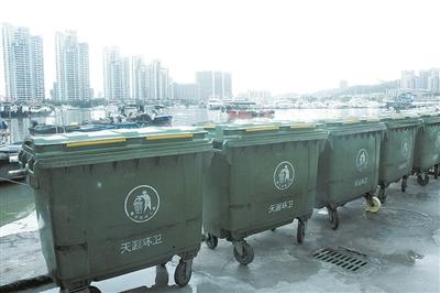 三亚南边海渔村码头岸上放多个垃圾桶