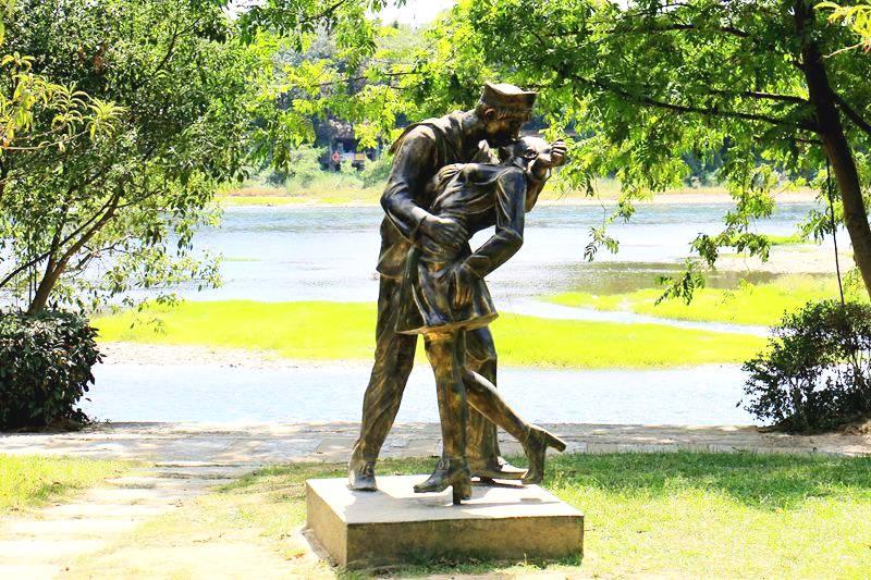 """桂林象山公园爱情岛上的多个雕塑""""辣眼睛"""""""