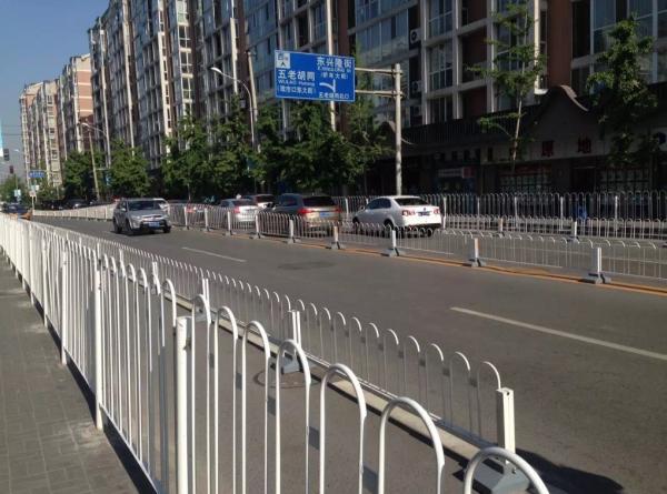城市道路应当如何设置栏杆