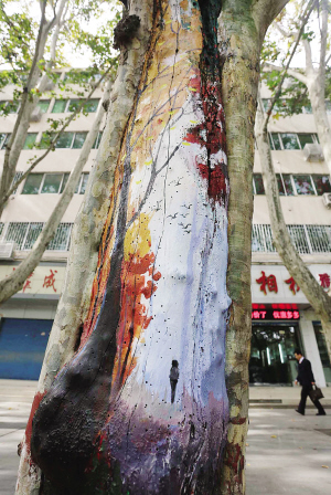 据悉,这些树干彩绘作品是由南阳市