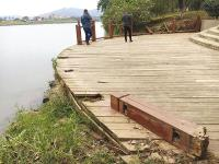 湖南浏阳河湿地公园木护栏朽败