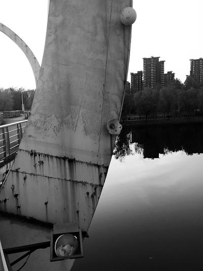 北京顺义区 减河桥上景观灯破碎