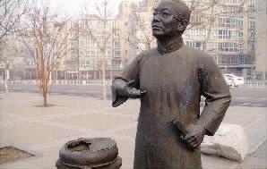 天津海河光华桥附近骆玉笙雕塑前的铜鼓损坏