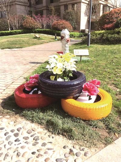 南京:变废为宝旧轮胎化身社区草坪护栏