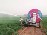 山东:卷盘式喷灌机在麦田作业忙